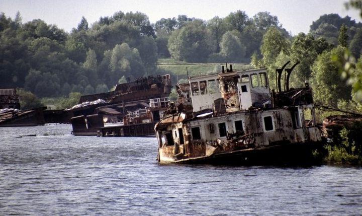 Кладбище речных судов на реке Припять, фото