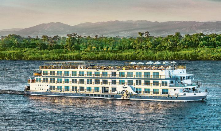 По Нилу курсируют экскурсионные теплоходы, фото