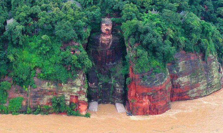 Статуя гигантского Будды в Сычуане, фото