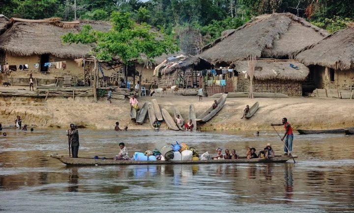 Туристы посещают африканские деревни, фото