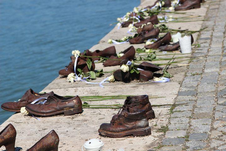 Памятник «Ботинки на Дунае», г. Будапешт, фото