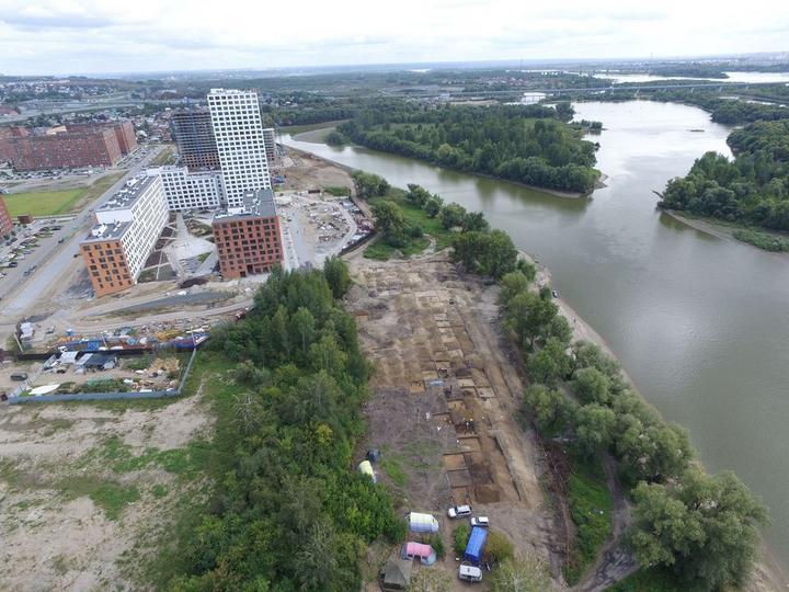 Раскопки на берегу реки в центре Новосибирска, фото