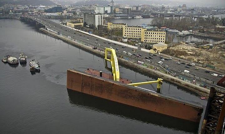 В Киеве упал самый большой плавучий кран Захарий
