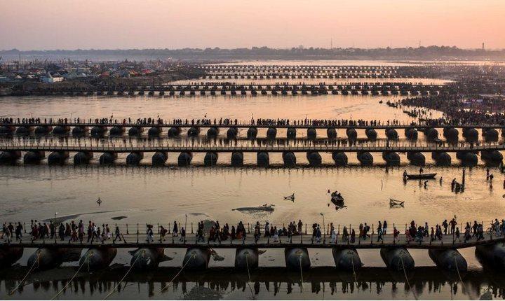 Понтонные мосты на реке Ганг во время Маха-Кумбха-мела, фото