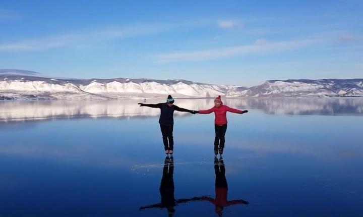 На коньках по прозрачному льду Байкала, фото